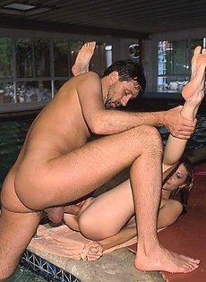 Волосатый мужик трахает в попку девочку с косичками - фото #