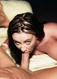 Ей нравится вагинальный секс и пальчик в попе - фото #