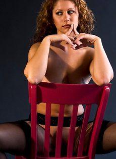 Сексуальная девушка в корсете и чулках на подвязках - фото #