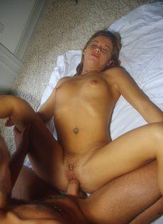 Девица со спермой на лице наслаждается отсосом - фото #