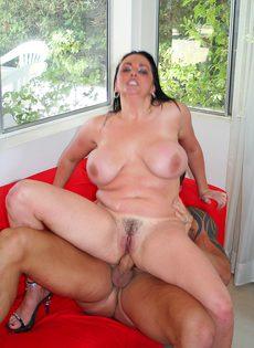 Большегрудую женщину имеет мачо на диване - фото #