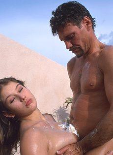 Любвеобильная девушка отдалась чистильщику бассейнов - фото #