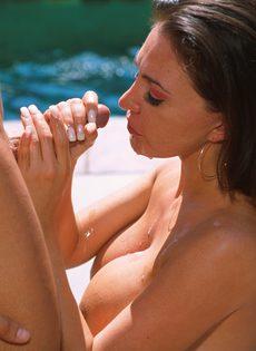 Молодая парочка занимается сексом у бассейна - фото #