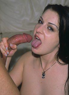 Брюнетка напилась густой спермы после орального секса - фото #