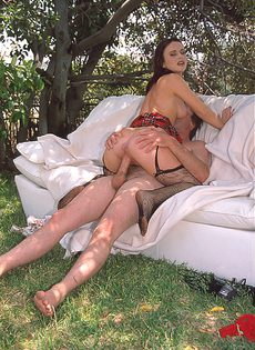 Супружеской паре понравился секс на свежем воздухе - фото #