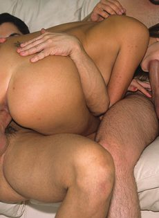 Два больших члена для неугомонной проститутки - фото #