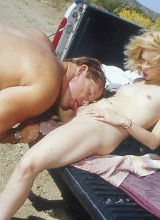 Зрелая тетка ласкает член парня на природе - фото #