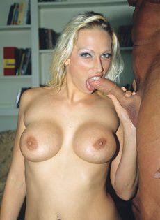 Секс в попку с грудастой блондинкой - фото #