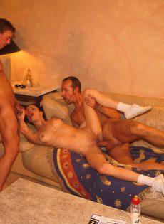 Мужики любят в паре долбить своих приятельниц - фото #