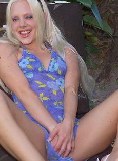 Белокурая туристка обнажилась в райском саду - фото #