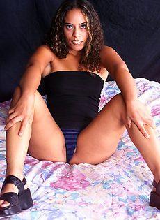 Кудрявая девушка и ее горячая эротическая фотосъемка - фото #