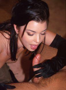 Темноволосая шалунья переспала с другом - фото #