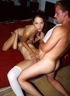 Две красотки спариваются с мужчиной - фото #