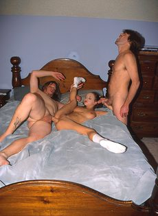 Секс с гимнасткой на большой кровати - фото #