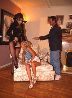 Две дамочки пригласили на секс опытного партнера - фото #