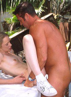 Молодая девушка отдалась в саду накачанному мужчине - фото #