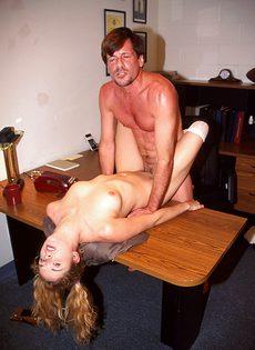 Молодая телка соблазнила друга своего отца - фото #