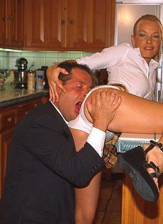 Сексуальная студентка соблазнила препода ради зачета - фото #