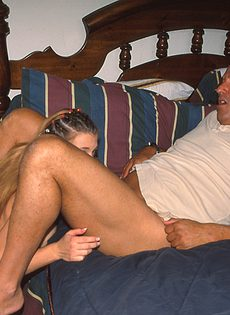 Молодая распутница обожает трахаться с взрослыми мужчинами - фото #