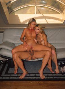 Две блондинки трахаются с опытным мужиком - фото #