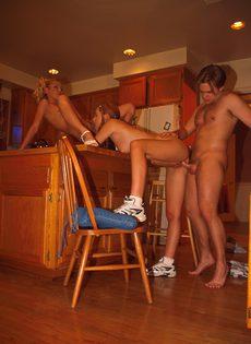 Две студентки отсасывают на кухне - фото #