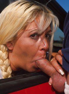 Пацан снял шлюху и трахает ее в очко - фото #