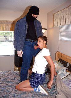 Кучерявая девица получила в очко крупный мужской член - фото #