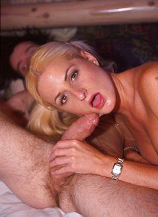 Блондинка жаждет получить в ротик порцию густого семени - фото #