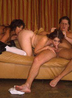 Сексуальные подруги разделили член приятеля - фото #