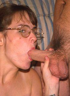 Мужики трахают в попку молодую студентку - фото #