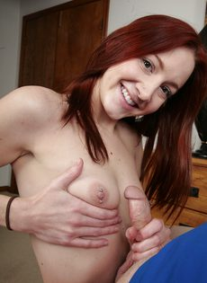 Красавица помастурбировала пенис приятеля - фото #