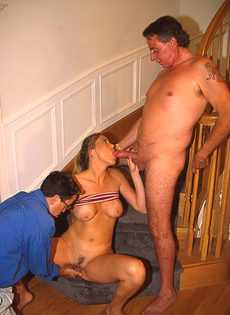 Реальный групповой секс на лестнице - фото #