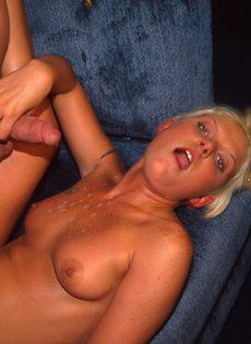 Страстный секс на диване - фото #