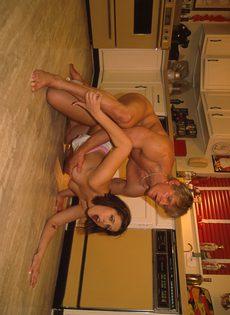 Дикий секс с женой на кухне перед ужином - фото #