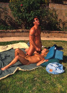 Секс на улице одной безумной парочки - фото #