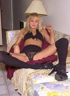 Очень худенькая девушка ласкает себя в черном белье - фото #