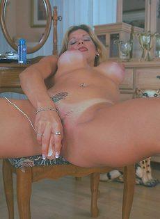 Развратные фото грудастой дамы на стуле - фото #