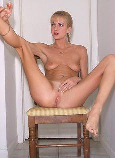 Голая женщина курит и ласкает себя между ног - фото #