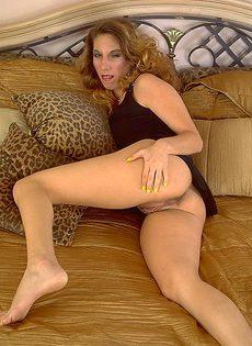 Половые губы висят у мастурбирующей развратницы - фото #
