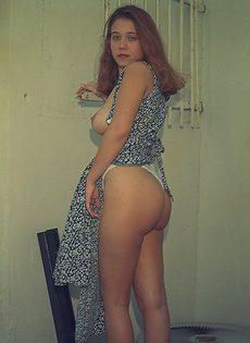 Расстегнула платье и демонстрирует нам свои прелести - фото #