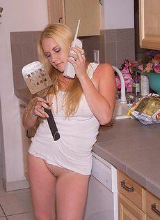 Голая жена на кухне готовит еду и ласкает себя - фото #