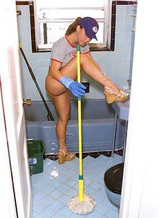 Голая жена возбудилась во время уборки в ванной комнате - фото #