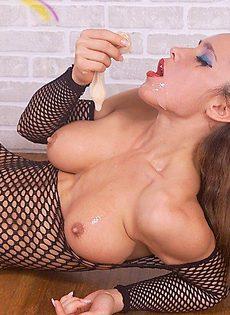 Девушка выливает на себя сперму из использованного презерватива - фото #