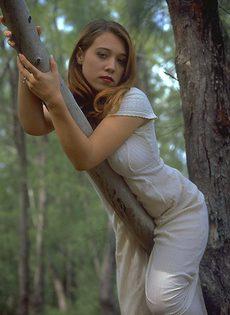 Мастурбация в лесу кокетки в длинном платье - фото #