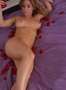 Красные лепестки роз на теле настоящей развратницы - фото #