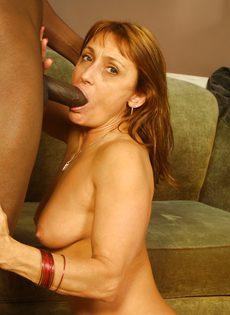 Негр трахает пожилую женщину и кончает в нее - фото #