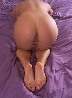 Долгая мастурбация в кровати ленивой девицы - фото #