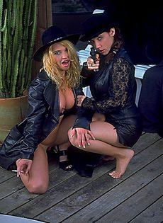 Красивые девушки с пистолетами позируют фотографу - фото #