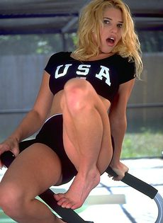 Девушка дрочит киску прямо на тренажере - фото #