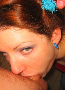 Голая девушка сосет у двух мужчин - фото #